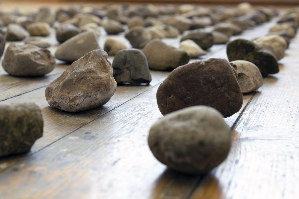 Dorina Csiszár, Lag er schon in der Tasche bereit?, 2020, 200 Steine